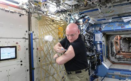 Scott Kelly gets a flu shot